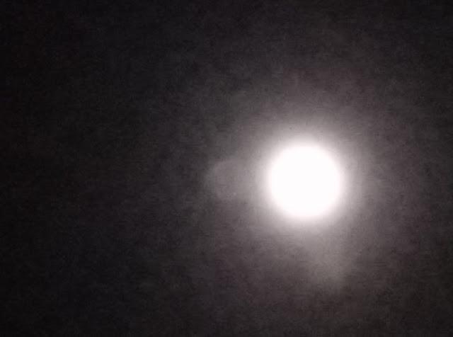 La lune dans toute sa gloire. Bon, c'est une de mes photos et elle est pas terrible.