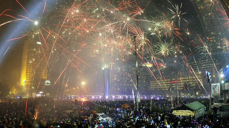 Pesta Kembang Api Meriahkan Tahun Baru 2015 di Bundaran HI