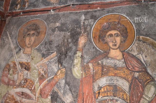 Дел од фрескоживописот на северниот ѕид од наосот, лево светиот воин Димитрие, десно светиот воин Ѓорѓи - Св. Димитрие -црква од XIV век во село Градешница - Мариово