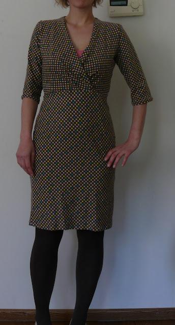 beige bruine jurk uit de knipmode