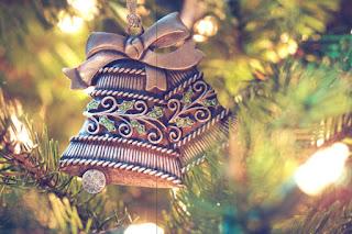 Deux cloches suspendus à un sapin de Noël