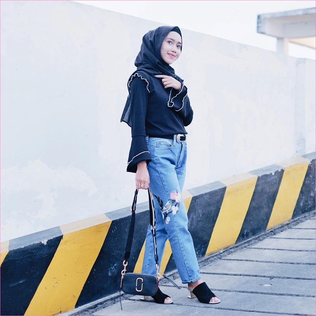 Outfit Baju Top  Blouse Untuk Hijabers Ala Selebgram 2018 bell sleeve blouse biru dongker hijab pashmina rawis ciput rajut celana jeans denim bunga wedges high heels ikat pinggang tas marc jacobs hitam trendy ootd
