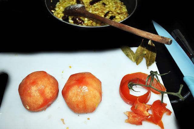 2 tomates pelados, junto a sus pieles y rabos