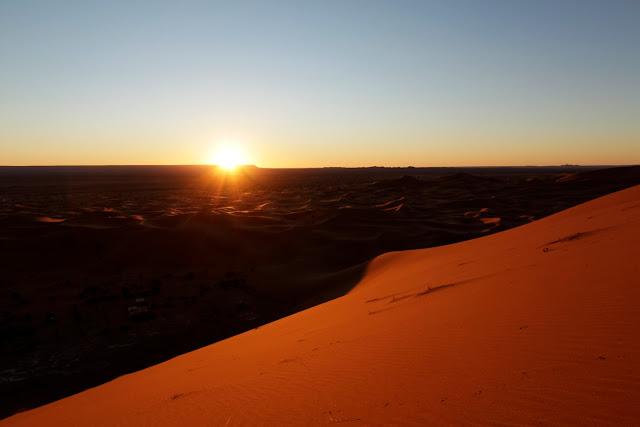 Amanecer en el desierto del Sahara desde lo alto de una duna