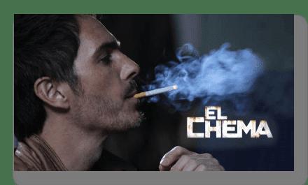 El Chema fumando un cigarrillo