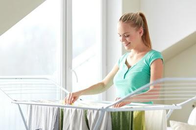 3 κόλπα για να στεγνώνουν τα ρούχα σας πιο εύκολα