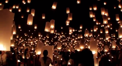 Menerbangkan lampion / flying lantern di pantai