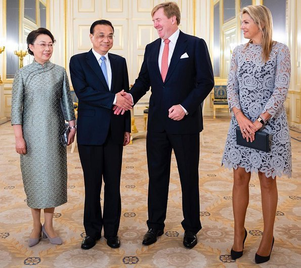 Dutch Royals received Prime Minister Li Keqiang and and his wife Cheng Hong. Queen Maxima wore Natan lace dress