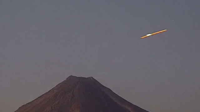 UFO approaches volcano and hangs around for a few minuets before heading off again in Mexico.