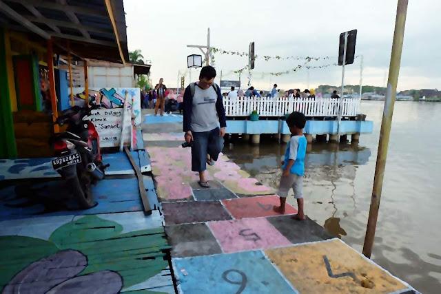 Bermain engklek di Kampung wisata Kuantan