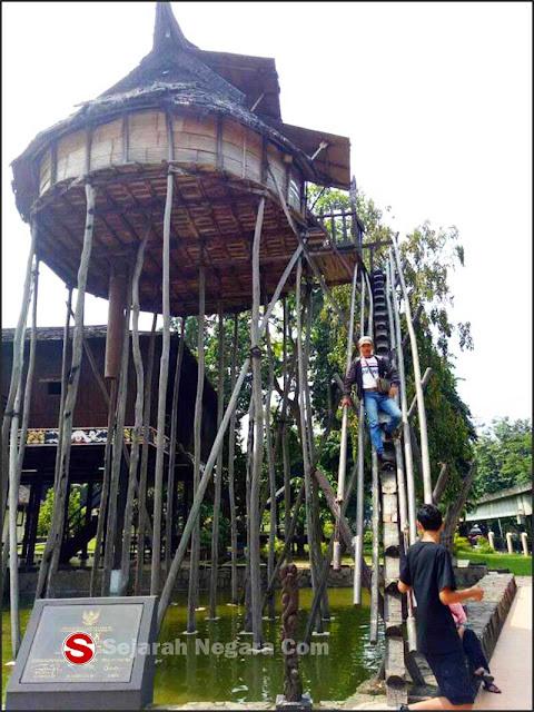 Foto Klasik 2 Rumah adat Kalimantan Barat