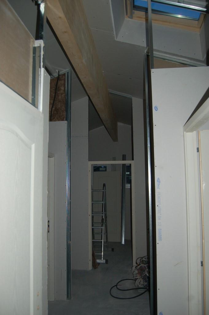 agrandissement d 39 une maison par le haut 41 me jour pose des cloisons 2 4 et des goutti res. Black Bedroom Furniture Sets. Home Design Ideas