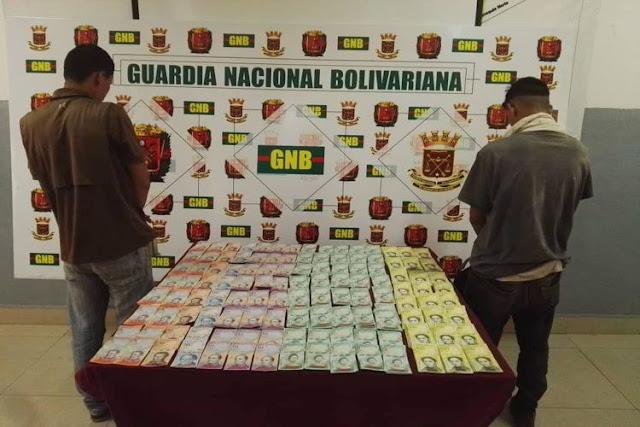 Detienen a dos personas por llevar 3500 soberanos en efectivo