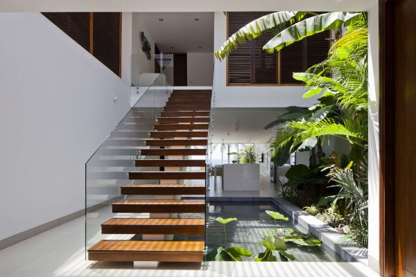 tangga lantai dua desain rumah villa kayu