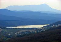 Вид на Чатырдаг с севера. Справа - Эклизи-Бурун