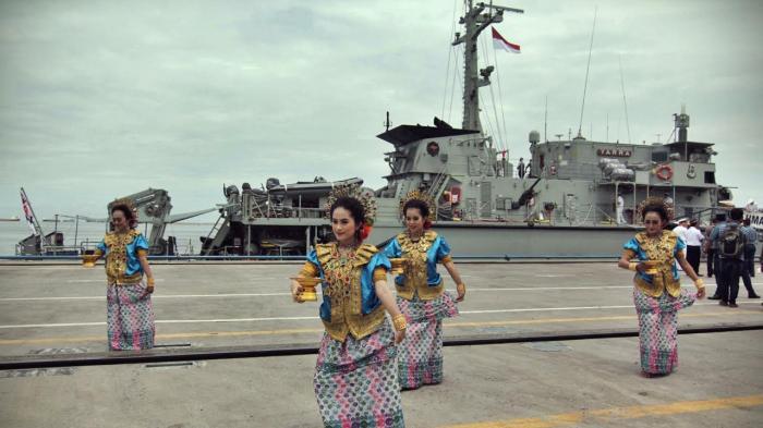 Kapal perang HMAS Yarra-M 87 milik Australia bersandar di Dermaga Hatta