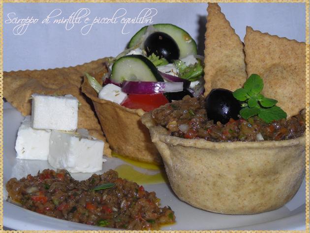 Angolo ellenico: Vasetti con Melitzanosalata e insalata greca