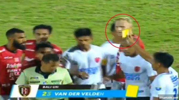 [Video] Saat Pemain PSM Beri Kartu Kuning Ke Wasit