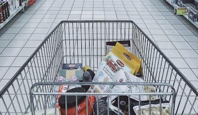 Belanja mingguan bulanan di supermarket