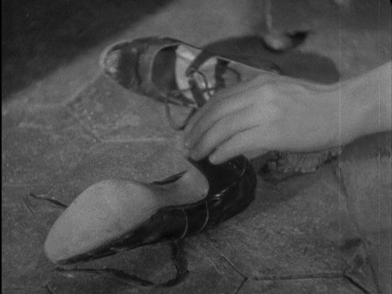 Albert presses Pola's shoe