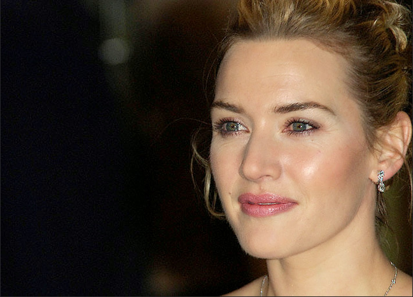 Kate Winslet Cute Close Wallpaper