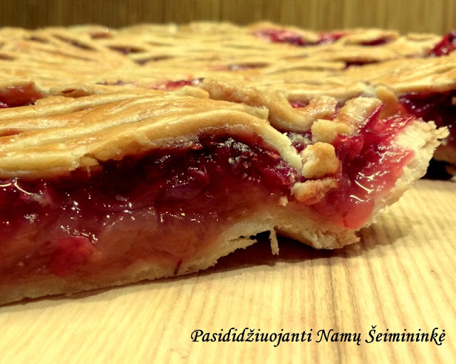 RECEPTAS:Obuolių pyragas su bruknėmis