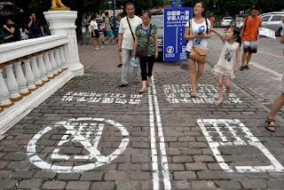 Inilah Solusi Agar Tidak Bertabrakan Antar Pengguna Jalan yang Asyik Memainkan Smartphonenya.