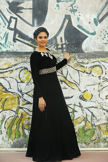 Anchor Sreemukhi black dress New Stills