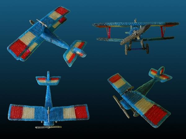 différentes vues d'un avion réalisé en scoubidou