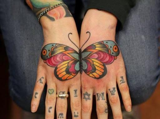 Coloridas tattoo em ambas as mãos para as meninas