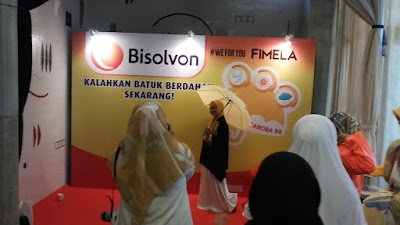 Para mom blogger sibuk foto dan antri mau foto-foto di booth Bisolvon