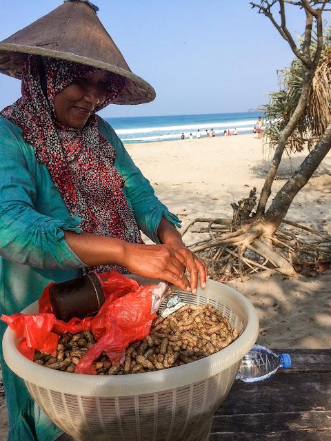 penjual kacang rebus di pantai
