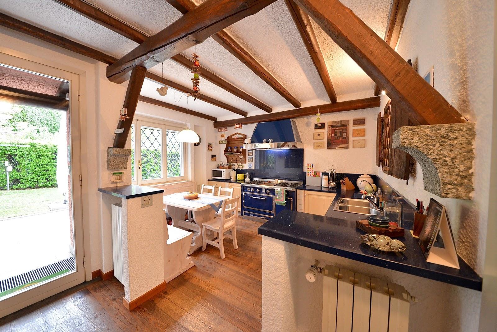 villa di lusso in vendita cucina con pavimenti in legno