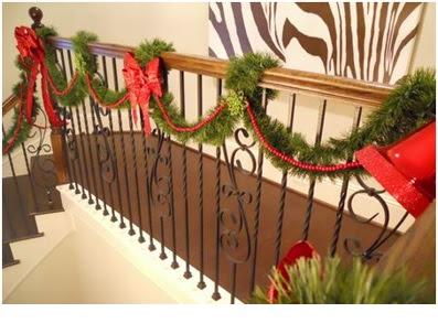 como decorar las escaleras con collares de navidad