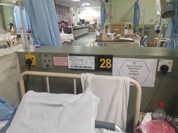 Walau Masuk Hospital, Cikgu Ini Masih Gigih Menanda Kertas Pelajarnya