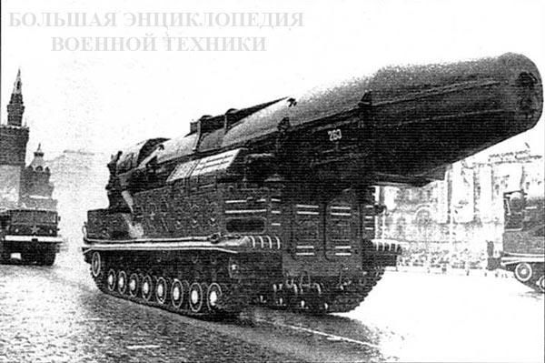 Второй вариант СПУ (вероятно, 8У253) с транспортным контейнером старого типа на параде
