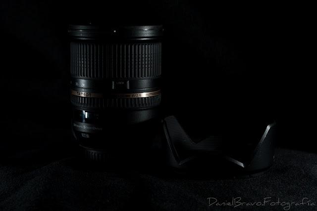 Fotografía del objetivo Tamron 24-70mm SP F/2.8 Di VC USD con fondo negro.