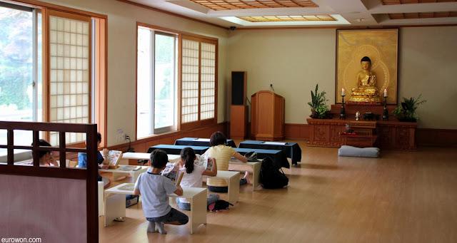 Niños coreanos leyendo en templo budista