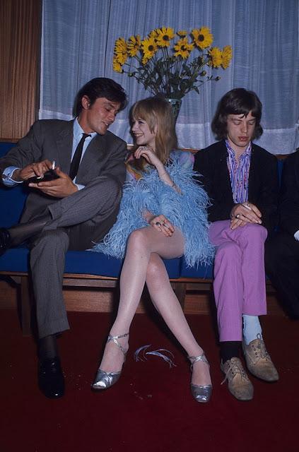 Alain Delon, Marriane Faithful y Mick Jagger, foto tomada en el año 1965. Fotos insólitas que se han tomado. Fotos curiosas.