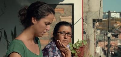 Jéssica (Camila Márdila) e Val (Regina Casé) têm uma relação conturbada no longa brasileiro