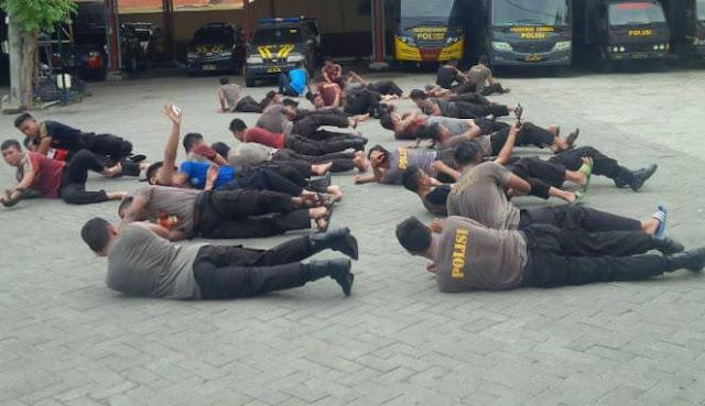 Satu Kompi Polisi Dijemur Gara-Gara Malas Sholat Berjama'ah