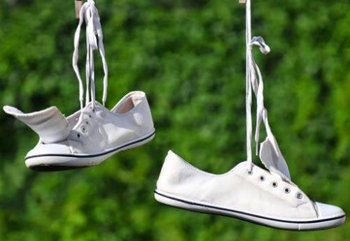 Đôi giày trắng nhỏ bé
