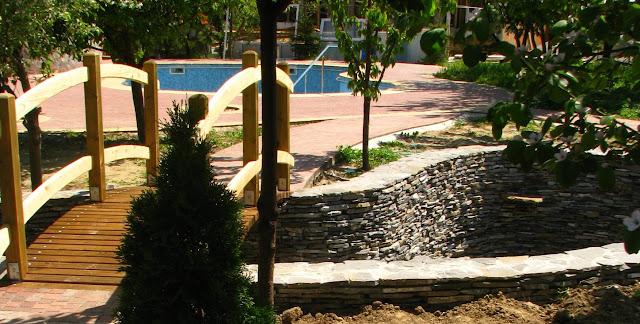 gradina iaz, piatra naturala, podet lemn, balta, curte pesti, piscina, poza, idei, firma amenajare gradina