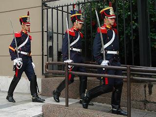 Guardas Partindo da Catedral para A Casa Rosada, em Buenos Aires