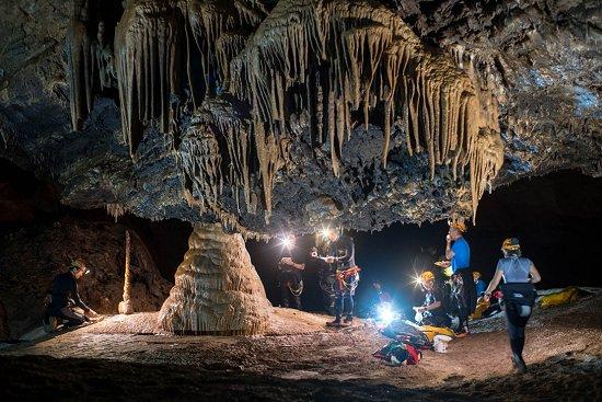 Astronautas treinam para missão espacial em caverna