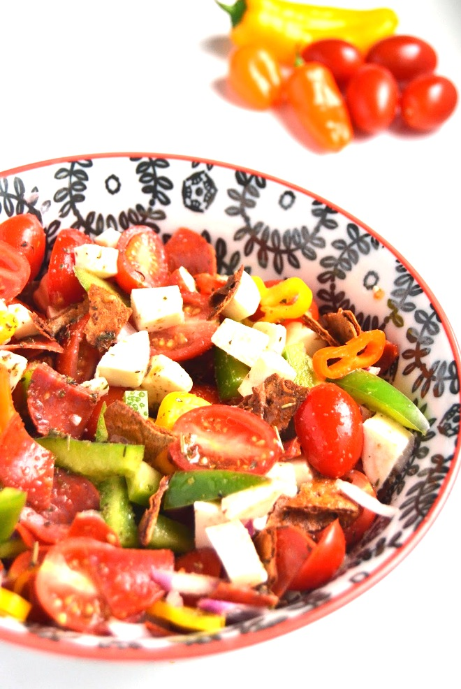 Pizza Panzanella Salad is a fun change from your typical panzanella with pizza flavor in every bite, tomatoes, peppers, cheese, pepperoni, onions and a homemade tangy Italian dressing! www.nutritionistreviews.com