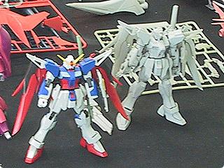 Comparação do HG 1/144 Destiny Gundam original com um teste de impressão em 3D na Bandai