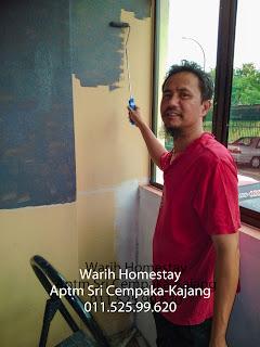 Warih-Homestay-Posing-Sket-Sambil-Cat-Balkoni