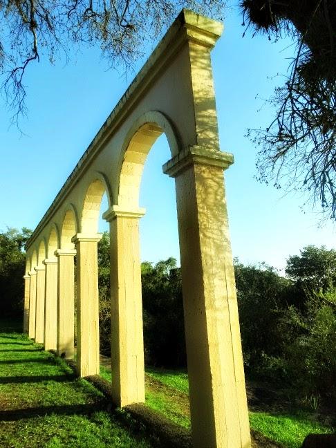 Colunas no Calçadão de Ipanema, em Porto Alegre