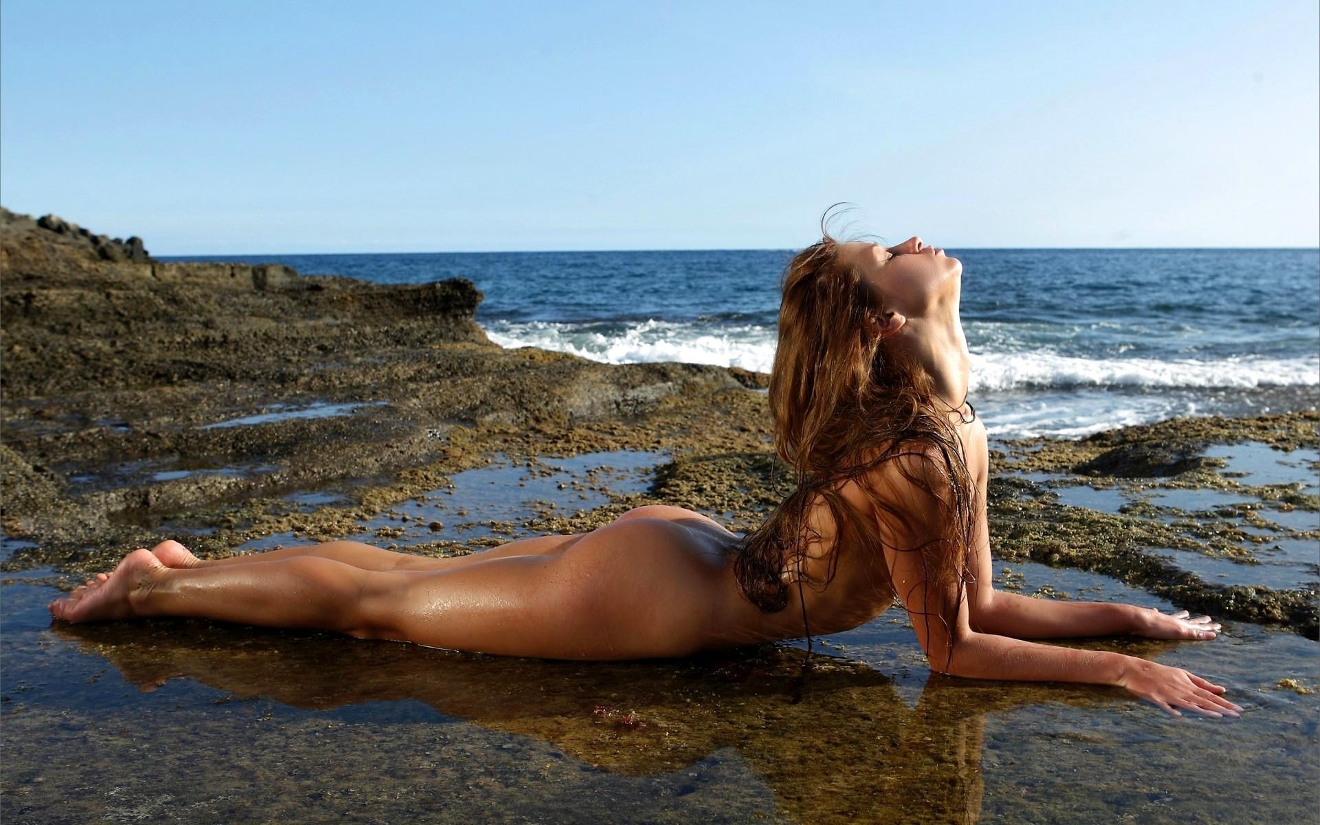 trusiki-ulitse-erotichnie-foto-krasivih-devushek-na-beregu-morya